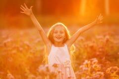 Gelukkige meisje of de zomer bospark open wapens met geluk, hoop en vitaliteit stock afbeeldingen