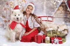 Gelukkige Meisje en hond bij Kerstmis Royalty-vrije Stock Foto's