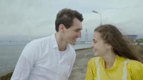 Gelukkige meisje en jongenstribune op een pijler en een glimlach samen slo-mo stock video