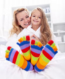 Gelukkige meisje en vrouw thuis royalty-vrije stock foto's