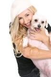 Gelukkige meisje geknuffelhond stock afbeelding