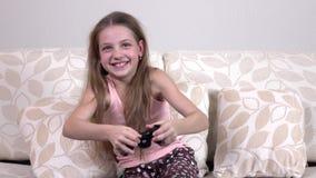 Gelukkige meisje het spelen videospelletjes stock video