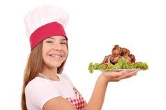 Gelukkige meisjekok met vleesballetjes op plaat stock fotografie