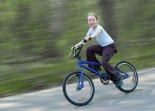Gelukkige meisjes berijdende fiets Royalty-vrije Stock Foto's