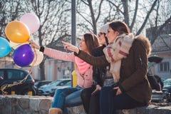Gelukkige meisjes die ballons en het richten houden Royalty-vrije Stock Fotografie