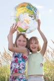 Gelukkige meisjes die bol houden Stock Afbeeldingen