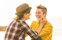 Gelukkige meisjes die in liefde tijd delen samen bij reisreis Stock Afbeeldingen