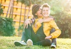 Gelukkige meisjes die in liefde tijd delen samen bij reisreis h Royalty-vrije Stock Afbeeldingen
