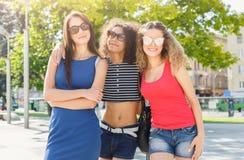 Gelukkige meisjes die pret hebben terwijl het lopen in de stad royalty-vrije stock foto