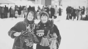 Gelukkige meisjes die Shrovetide vieren Stock Afbeeldingen