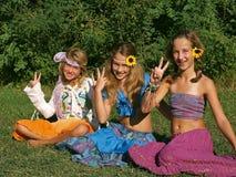 Gelukkige meisjes in een weide 1 royalty-vrije stock foto