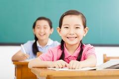 Gelukkige meisjes in het klaslokaal Stock Fotografie