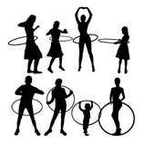 Gelukkige Meisjes met Hula-de Activiteitensilhouetten van de Hoepelsport, kunst vectorontwerp vector illustratie