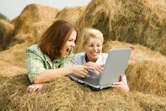 Gelukkige meisjes met laptop Stock Foto