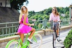 Gelukkige meisjes op fietsen - openlucht Stock Foto's