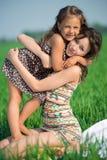 Gelukkige meisjes op groen gras. Het spelen Royalty-vrije Stock Afbeeldingen