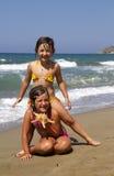 Gelukkige meisjes op het strand Stock Foto's