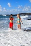Gelukkige meisjes op het strand Stock Afbeeldingen