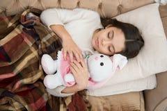 gelukkige meisjeslaap in bed Familie en liefde De Dag van kinderen Ouderwetse ochtendscène: antieke schrijfmachine, kop van verse royalty-vrije stock afbeelding
