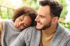 Gelukkige meisjesslaap op haar boyfriend& x27; s schouders royalty-vrije stock afbeelding