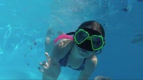 Gelukkige Meisjessprong in de Camera van Zwembaddive and looking at the stock videobeelden