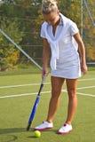 Gelukkige meisjestribunes met racket op hof bij zonnige de zomerdag Stock Afbeeldingen