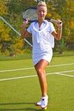 Gelukkige meisjestribunes met racket op hof bij zonnige de zomerdag Royalty-vrije Stock Fotografie