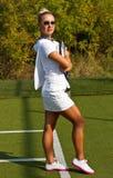 Gelukkige meisjestribunes met racket op hof bij zonnige de zomerdag Royalty-vrije Stock Foto's