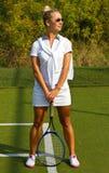 Gelukkige meisjestribunes met racket op hof bij zonnige de zomerdag Stock Foto