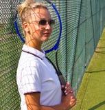 Gelukkige meisjestribunes met racket op hof bij zonnige de zomerdag Royalty-vrije Stock Afbeeldingen