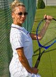 Gelukkige meisjestribunes met racket op hof bij zonnige de zomerdag Royalty-vrije Stock Afbeelding