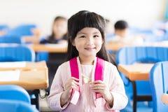 Gelukkige meisjestudent in het klaslokaal royalty-vrije stock foto