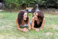 Gelukkige meisjesvrienden die pret hebben in openlucht bij bos de Zomervakantie Stock Fotografie