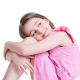 Gelukkige meisjezitting op het bed en omhoog het kijken. Royalty-vrije Stock Foto