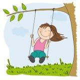 Gelukkige meisjezitting op schommeling, die onder de boom slingeren Royalty-vrije Stock Foto