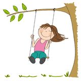 Gelukkige meisjezitting op schommeling, die onder de boom slingeren Royalty-vrije Stock Foto's
