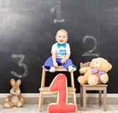 Gelukkige men éénjarigenjongen neemt eerste plaats op het podium Stock Foto