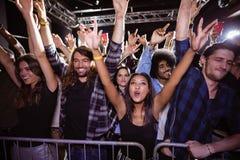 Gelukkige menigte die bij muziekfestival genieten van stock fotografie