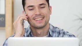 Gelukkige Mens Bezig het Spreken op Telefoon, die het Werk bespreken stock foto's