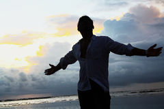 Gelukkige mens bij strand Royalty-vrije Stock Fotografie