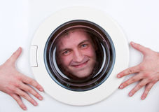 Gelukkige mens binnen wasmachine Stock Foto