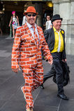 Gelukkige mens buiten Flinders-Straatpost na de Kop van Melbourne Royalty-vrije Stock Afbeeldingen