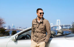 Gelukkige mens dichtbij cabriolet auto in openlucht Royalty-vrije Stock Afbeelding