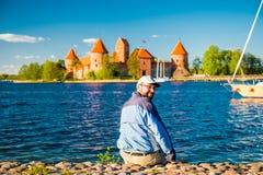 Gelukkige mens dichtbij kasteel Stock Fotografie