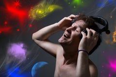 Gelukkige mens die aan muziek met hoofdtelefoons luisteren. Royalty-vrije Stock Afbeelding