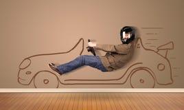 Gelukkige mens die een hand getrokken auto op de muur drijven Royalty-vrije Stock Afbeelding