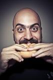 Gelukkige mens die een sandwich eet Royalty-vrije Stock Afbeeldingen