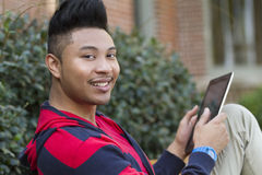Gelukkige mens die een tabletcomputer met behulp van Stock Foto's