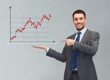Gelukkige mens die forex grafiek op palm van zijn hand tonen Stock Foto