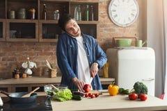 Gelukkige mens die gezond voedsel in de huiskeuken voorbereiden royalty-vrije stock afbeelding